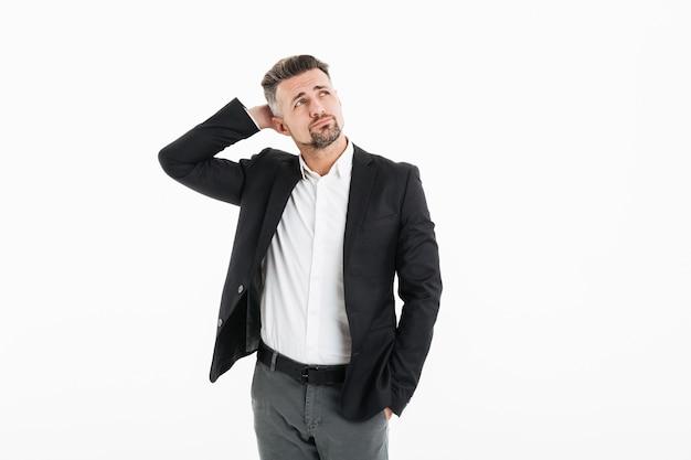 Портрет мужчины в офисе носить куртку, глядя в сторону и касаясь его голову, изолированных на белый