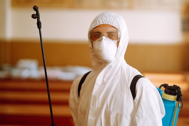 보호용 방호복을 입은 남자의 초상화.