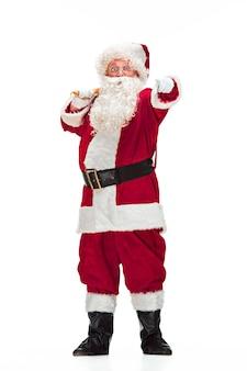 サンタクロースの衣装を着た男の肖像-豪華な白ひげ、サンタの帽子、赤い衣装-白い背景で隔離の全長で