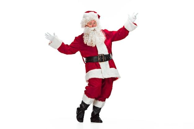 고급스러운 흰 수염, 산타의 모자와 빨간 의상을 입은 산타 클로스 의상을 입은 남자의 초상화-흰색에 고립 된 전체 길이