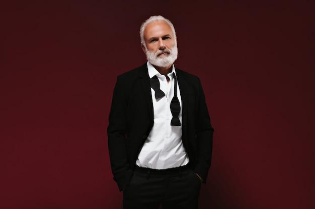 양복과 흰색 셔츠에 남자의 초상화 앞에 보이는