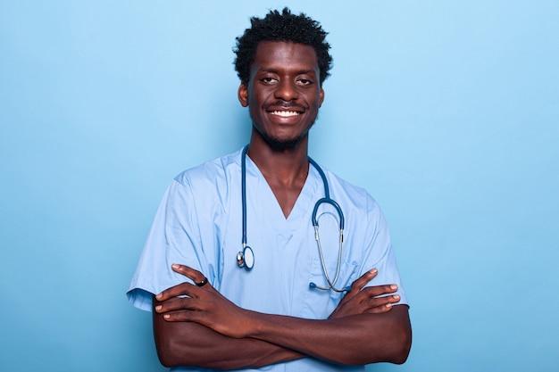 制服と聴診器を身に着けている男の看護師の肖像画