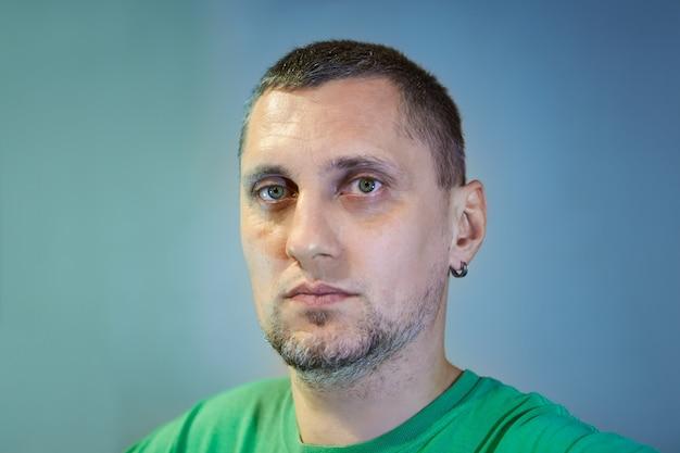 귀에 귀걸이를 한 40 세 남자의 초상화로, 군, 의사, 외과의, 게이머가 될 수 있습니다.