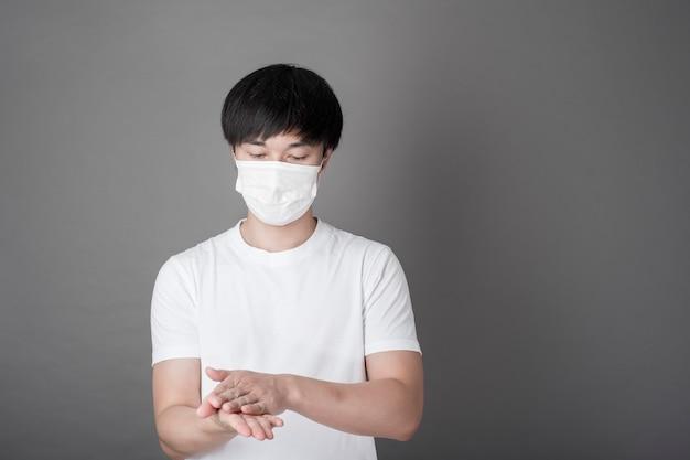 Портрет человека дезинфицирующее руки с алкоголем гель, концепция здравоохранения