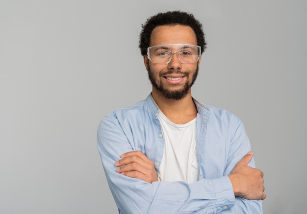 腕を組んで立っている男の科学者の肖像画