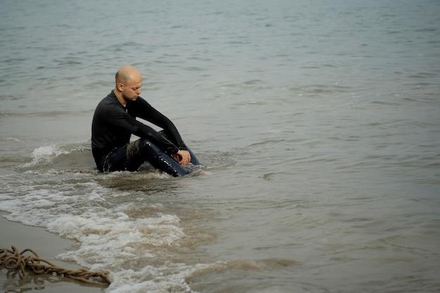 Портрет человека, сидящего у моря