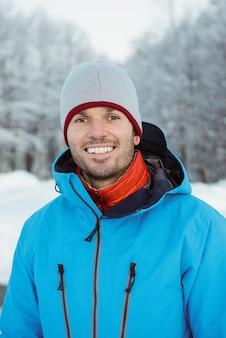 雪景色に立っている男の肖像画