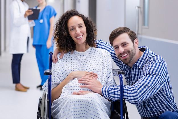 Портрет человека трогательно живот беременной женщины в коридоре