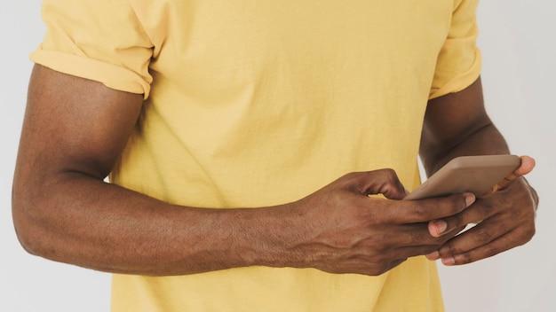 スマートフォンを使用して男の肖像画
