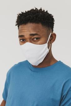 얼굴 마스크를 착용하는 남자의 초상화