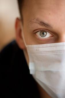 医療マスクを身に着けている男の肖像画