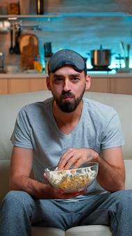 Портрет мужчины с бородой, держащего миску для попкорна