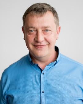 Портрет мужчины с синей рубашкой