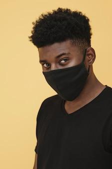 フェイスマスクを持つ男の肖像画