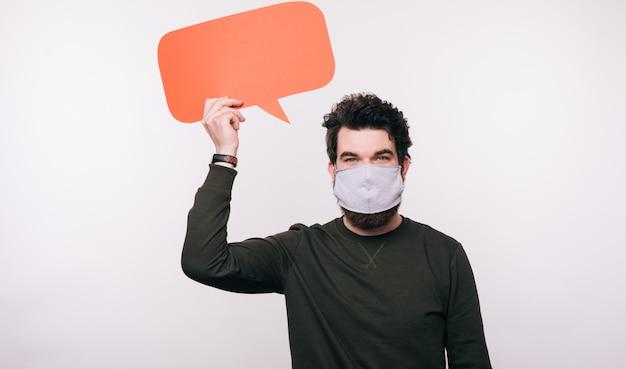 Портрет мужчины с маски для лица, холдинг речи пузырь