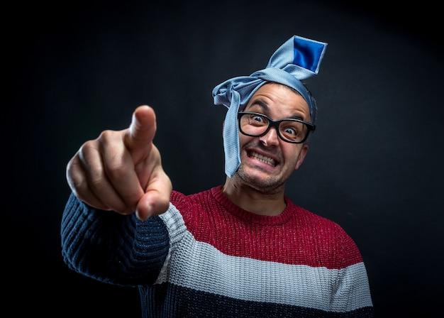 Портрет мужчины с галстуком на голове изолированы.