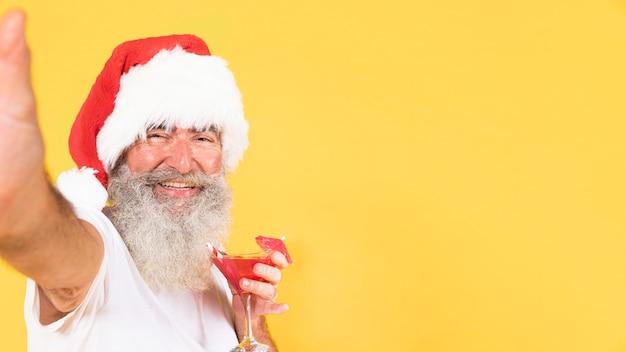 熱帯とクリスマスのコンセプトを持つ男の肖像画