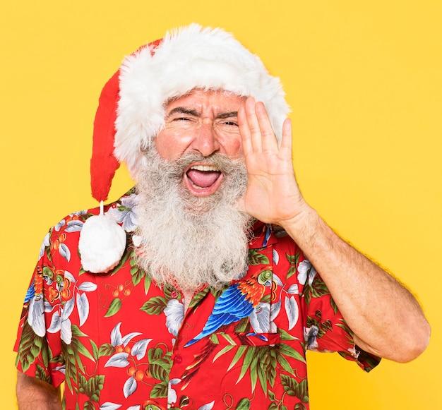 Портрет мужчины с тропической и рождественской концепцией