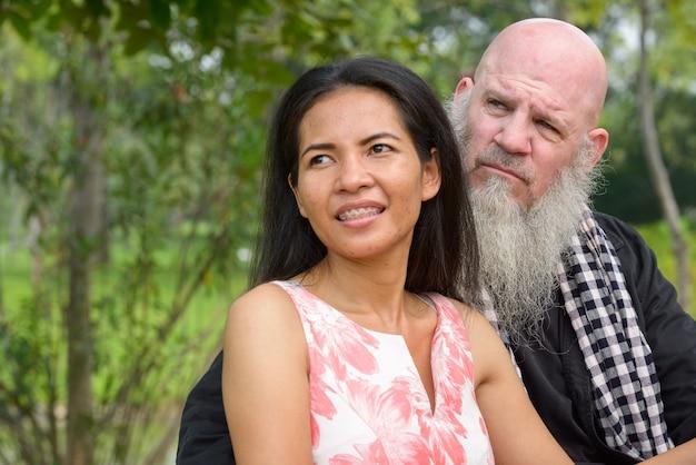 夫婦として成熟したひげを生やした男性と成熟したアジアの女性の肖像画