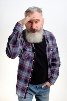 額に手を置き、脇を見る成熟したひげを生やした男の肖像画