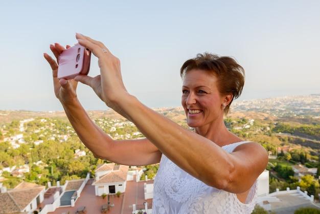 マラガスペインコスタデルソルのミハス村の山で成熟した美しい観光客の女性の肖像画