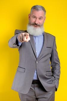 灰色のスーツのポイントに身を包んだ成熟したビジネスマンの肖像画