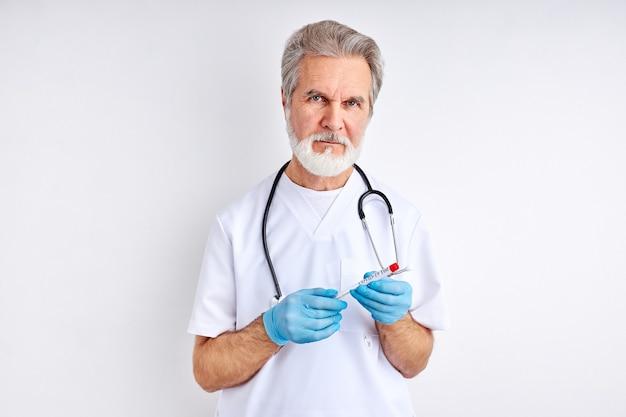 Портрет зрелого врача с трубкой для забора проб вируса короны инфицированного человека в лаборатории