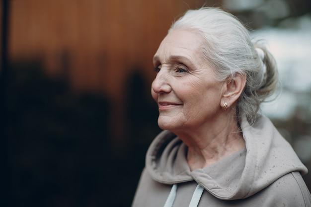 Портрет зрелой седой пожилой женщины напольной.