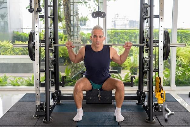 ジムで運動する白髪の成熟したハンサムなペルシャ人のポートレート