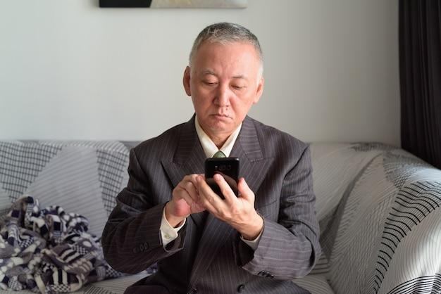 코로나 바이러스 covid-19 전염병에 대한 격리 아래 집에 머물고있는 성숙한 일본 사업가의 초상화
