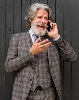 電話で話している成熟した男性の肖像画