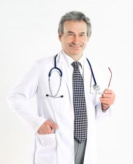 격리 된 배경에 흰색 코트와 청진기를 가진 성숙한 의사의 초상화