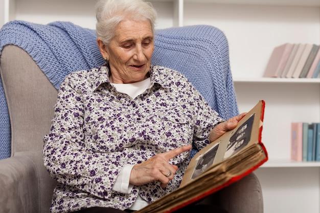 Портрет зрелой женщины с фотоальбомом