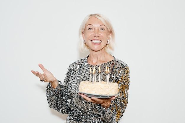 Портрет зрелой женщины с праздничным тортом