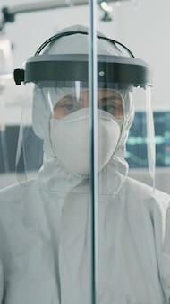 封鎖ゾーンで化学防護服を着ている医者の肖像画