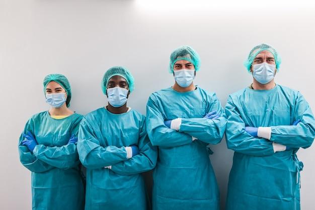 병원 복도 안에 의사의 초상화-오른쪽 남자 얼굴에 초점