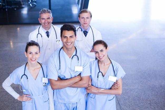 Портрет медицинской бригады стоял вместе и улыбался в больнице