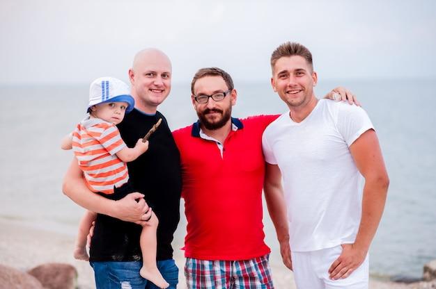 Портрет мужчины с ребенком на море