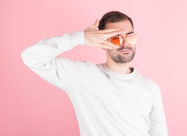 黄色い眼鏡をかけた中年成人男性の肖像画