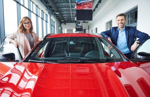 赤い車とミッドカップルの肖像画