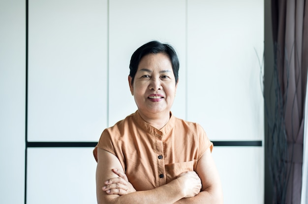 집에서 웃는 얼굴로 중년 아시아 여성의 초상화, 의료 보험 개념