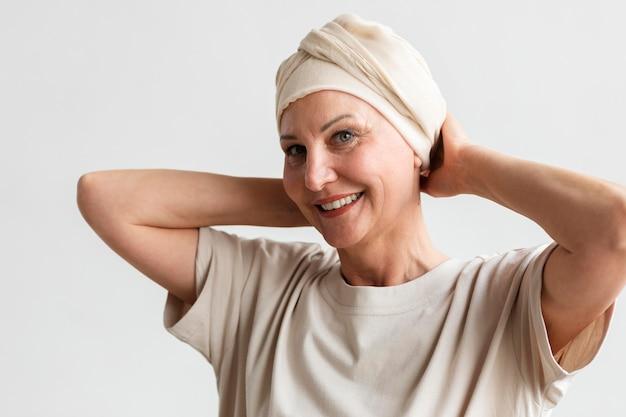 皮膚がんの中年女性のポートレート