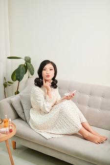 흰 벽 앞 중간 여자의 초상화