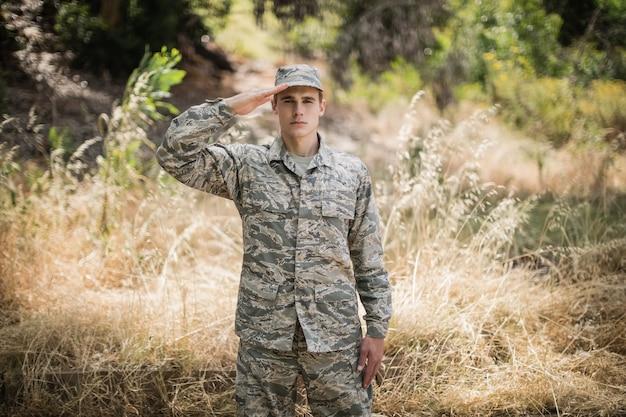 ブートキャンプで敬礼を与える軍の兵士の肖像画