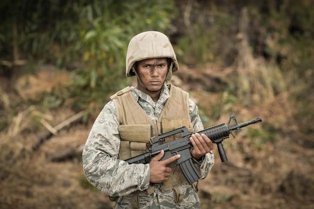 부트 캠프에서 소총으로 지키는 군 군인의 초상