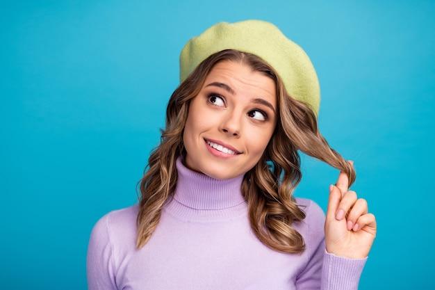 Портрет настроенной девушки прикоснуться к завитку думает, мысли решают на стене бирюзового цвета