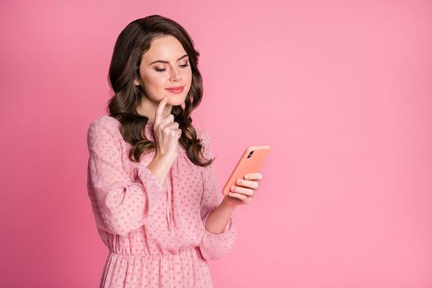 気になる興味のある女の子の肖像画はスマートフォンのタッチあごを使用