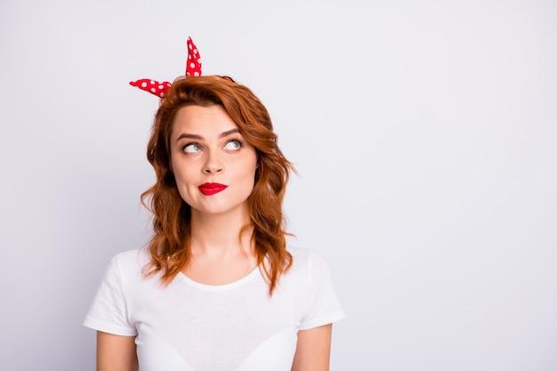 Портрет мыслящей задумчивой девушки выглядит copyspace думает, мысли решения выбора носить одежду в стиле ретро, изолированную над белой стеной
