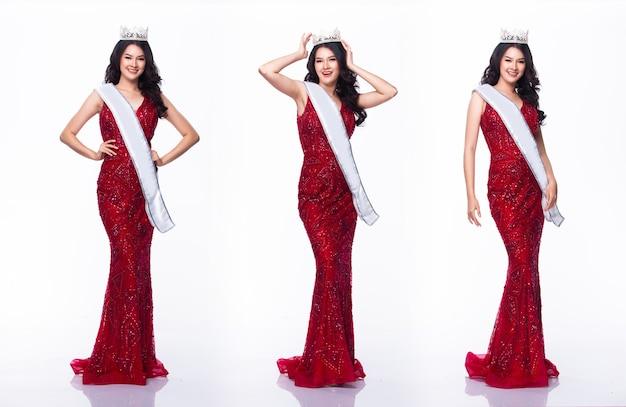 Портрет мисс азиатский конкурс красоты в вечернем бальном платье с красными пайетками, длинное платье со светлой алмазной короной и поясом, студийное освещение на белом фоне, групповой коллаж с полным телом