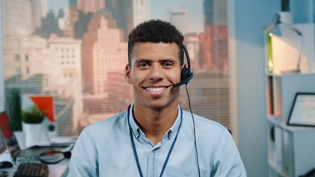카메라에 미소 헤드셋에서 혼혈 고객 서비스 운영자의 초상화